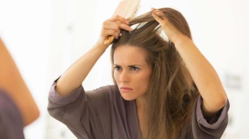 Łupież pstry we włosach – przyczyny i objawy